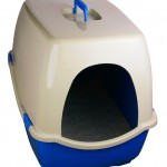 A covered litter box with a blue base and filled with cat litter.